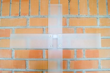 Gärtringen – Großes Wandkreuz aus satiniertem Glas